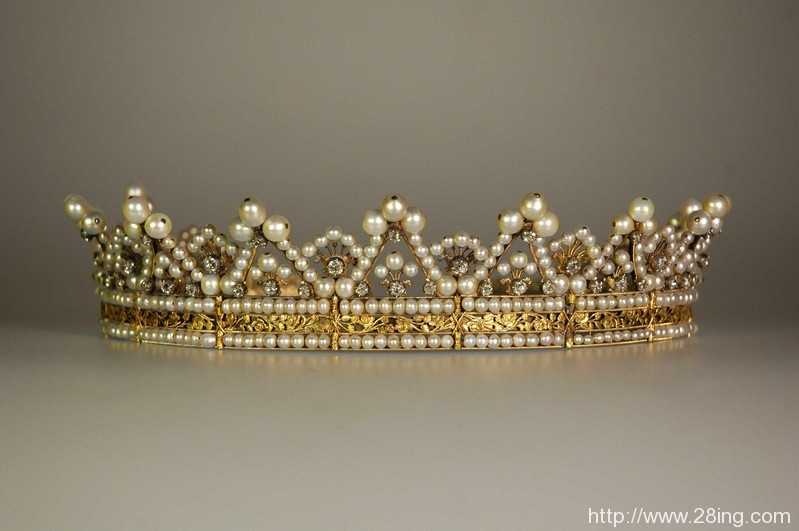 Difference Between Tiara and Diadem l Tiara vs Diadem